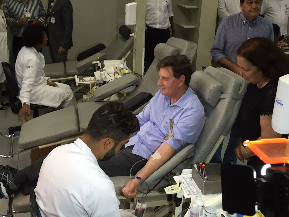 Marcelo Crivella doa sangue no Hemorio (Foto: Fernanda Rouvenat / G1)