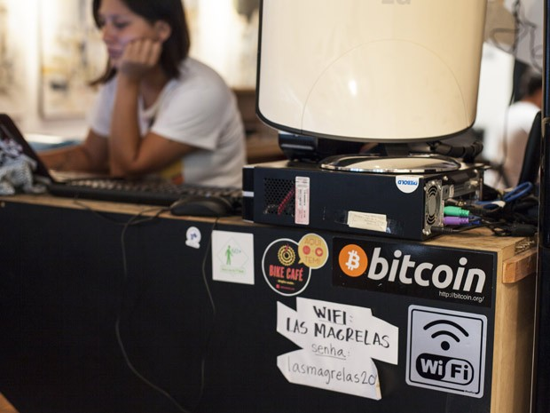 Talita Noguchi é uma das proprietárias do Las Magrelas, bar de São Paulo que já acieta Bitcoin (Foto: Guilherme Zauith/G1)