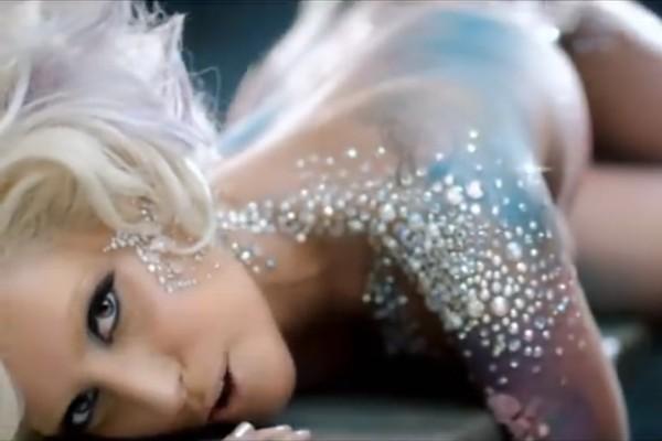 Com bastante freqüência, Lady Gaga surpreende por seu figurino ousado. Mas, para o clipe de 'Love Game' a cantora deixou a roupa toda de lado (Foto: Reprodução)