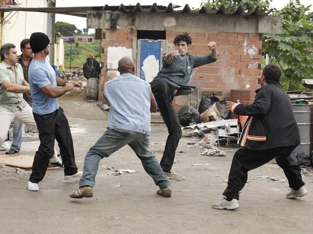 Bandidos tentam dar um fim a Nando (Foto: Guerra dos Sexos/TV Globo)