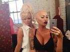 Amber Rose posa com Pamela Anderson e posta foto do bumbum