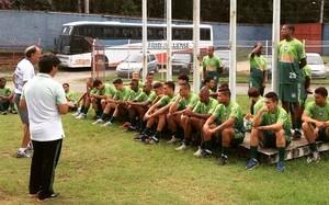 Andreotti conversa com os jogadores antes do início das atividades (Foto: Alexandre Vaz/Friburguense)