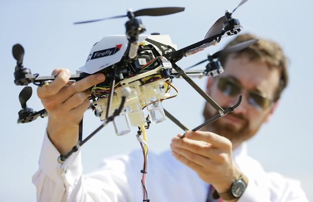 Cientista segura modelo de drone produzido por grupo de pesquisa (Foto: Nati Harnik/AP)
