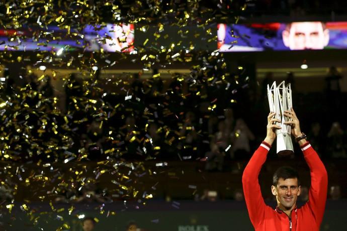 Novak Djokovic celebra o título do Masters 1.000 da Xangai (Foto: Reuters)