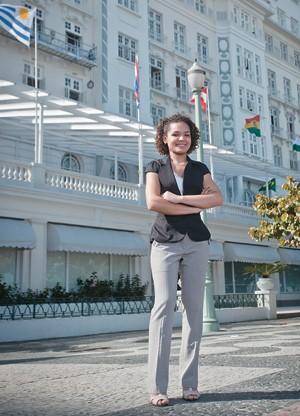 DE OLHO NA ETIQUETA A recepcionista Anayara Santana, que trabalha no hotel Copacabana Palace. Ela fez cursos de inglês, etiqueta e diversidade cultural (Foto: Zô Guimarães/ÉPOCA)