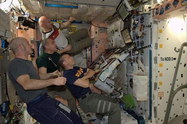 Imagem divulgada no Twitter do astronauta Reid Wiseman mostra o grupo que está na Estação Espacial Internacional assistindo ao jogo entre Argentina e Alemanha, disputado no Brasil (Foto: Reprodução/Twitter/@astro_reid)