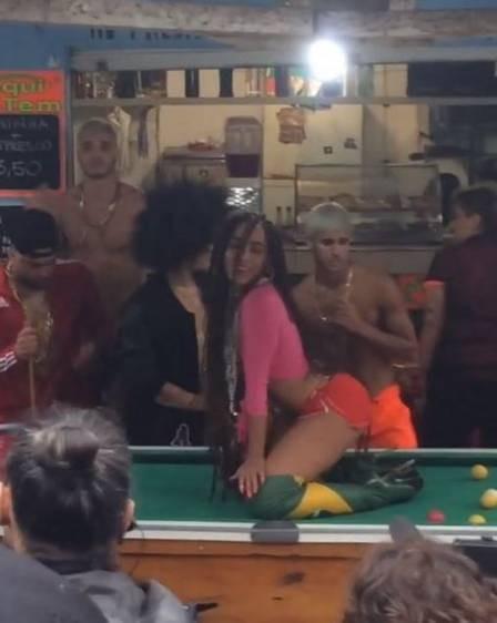Pietro, ao fundo a direita, participa do novo clipe de Anitta e foi elogiado pela cantora (Foto: Reprodução)