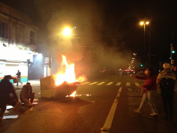 Manifestantes queimaram contêineres na área Central de Porto Alegre (Foto: Bruna Scirea/Agência RBS)
