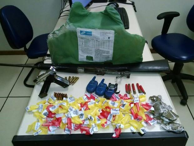 Forte armamento, drogas e munições foram localizadas pela equipe da PM (Foto: Divulgação/ Polícia Militar)