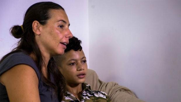 Carla Trominno conversa com Taha, 16, sobre seus sonhos para o futuro; ele é um dos menores assistidos pela ONG  (Foto: AccoglieRete)