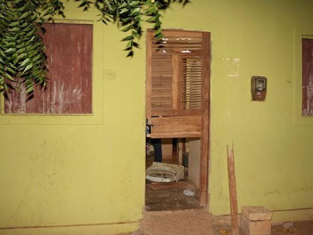 f506738c63 Bandidos arrombaram porta da frente da casa (Foto  Marcelino Neto O Câmera)