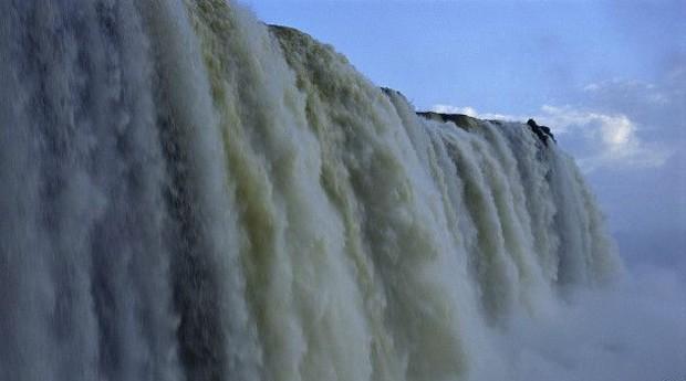 Na fronteira do Brasil com a Argentina, sobre o rio Iguaçu, encontra-se um conjunto de 275 cataratas. Elas estão entre as sete maravilhas naturais do mundo (Foto: BBC)