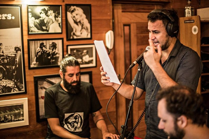 Sessão de gravação da bateria, baixo com guitarra e voz guia do projeto  (Foto: Divulgação Sol na Garganta)