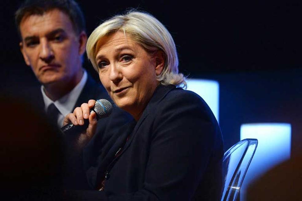 Líder da extrema-direita francesa, Marine Le Pen, participa de encontro em associação patronal nesta terça-feira (28)  (Foto: Eric Piermont / AFP)