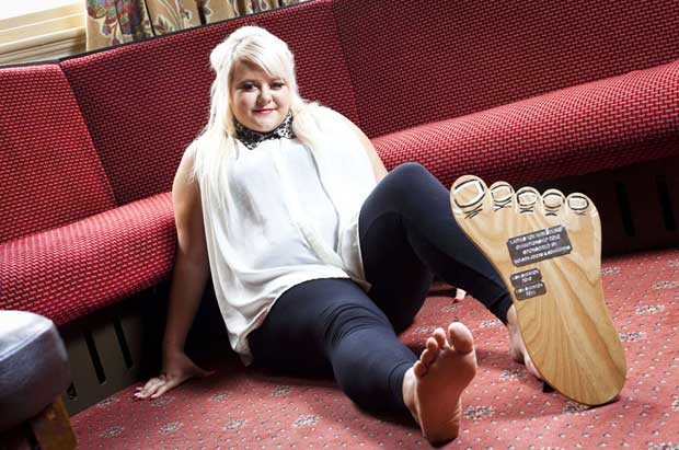 Rebecca Beech, de 18 anos,  calça sapatos tamanho 40 e se consagrou campeã do torneio mundial de luta de dedão do pé. (Foto: Caters News Agency)
