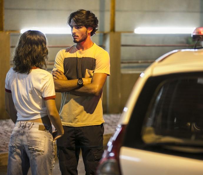 O playboy encontra a lutada saindo da delegacia (Foto: Inácio Moraes/Gshow)