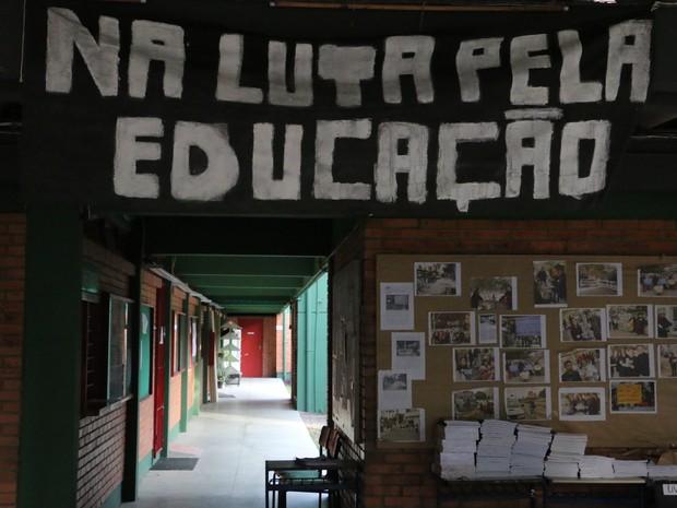 Escola Emílio Massot foi a primeira a ser ocupada, em 11 de maio (Foto: Hygino Vasconcellos/G1)