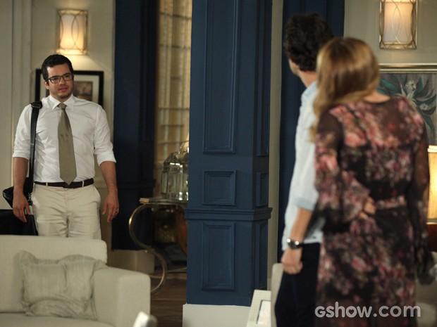 Felipe flagra o ex casal juntinho... (Foto: Camila Camacho/TV Globo)