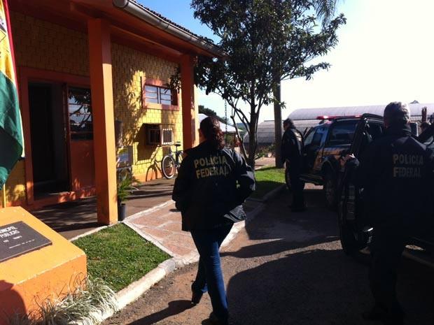 Policiais fazem buscas em Triunfo nesta sexta-feira (Foto: Giovani Grizotti/RBS TV)