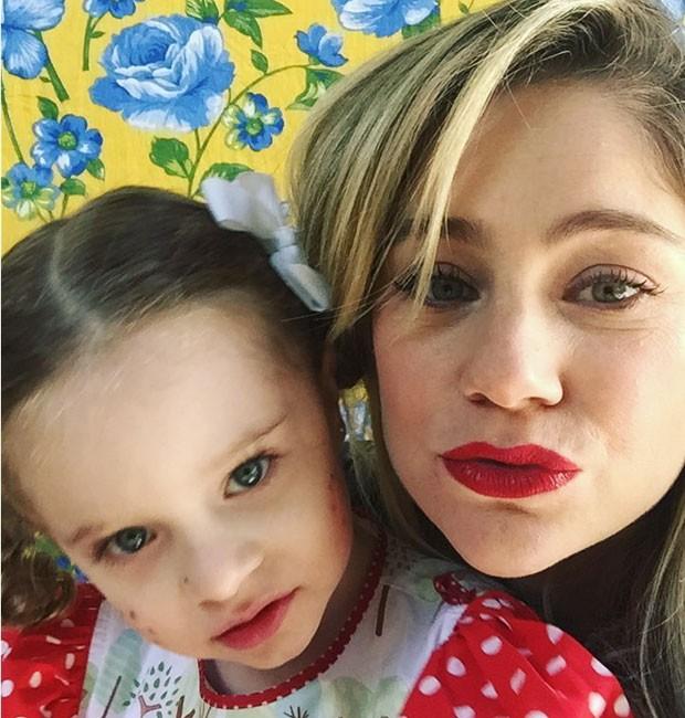 Juliana Baroni e a filha, Duda, vestida de caipirinha (Foto: reprodução/Instagram)