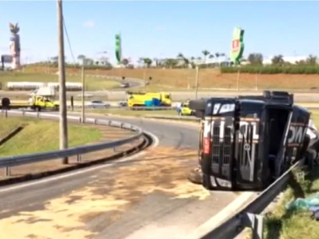 Caminhão tomba e interdita alça da Rodovia Dom Pedro I, em Campinas (Foto: Reprodução / EPTV)