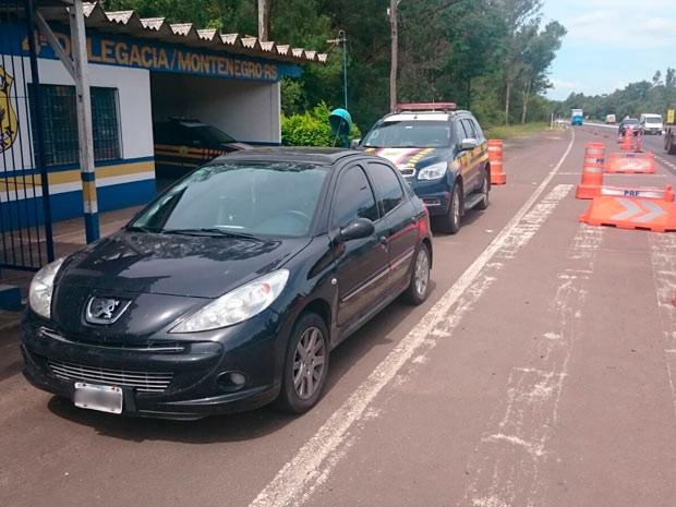 Motorista e carro foram liberados após regularização e pagamento de multa na BR-386 no RS (Foto: Divulgação/PRF)