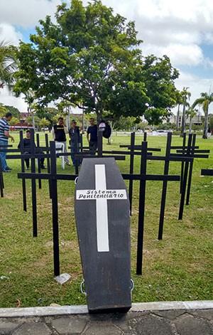 """Cruzes foram fincadas no gramado e um caixão chama a atenção para a """"falência do sistema penitenciário"""".  (Foto: Sindasp-RN)"""
