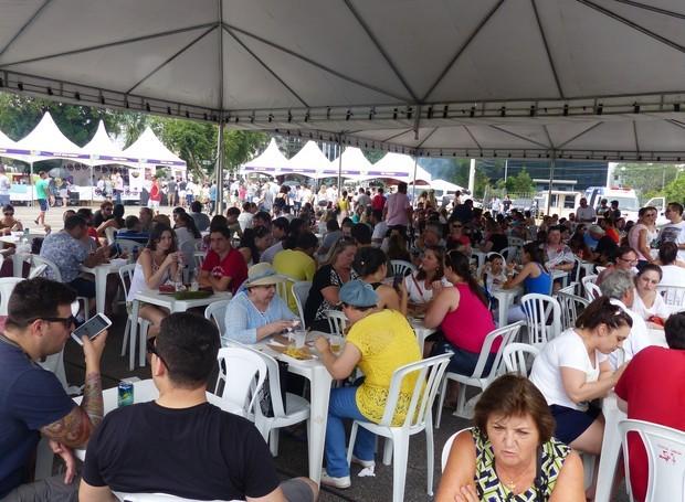 Neste fim de semana, todo mundo está aproveitando para saborear o melhor da culinária curitibana (Foto: Tk Santos/ RPC)