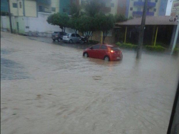 Chuva atingiu a maioria das cidades da Região do Cariri. Em Juazeiro do Norte, ruas e avenidas estão alagadas nesta terça-feira (Foto: Cristiane Pereira)
