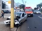Motorista bate em poste e frente de carro fica destruída em Piracicaba, SP