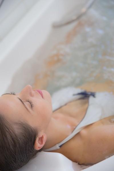O banho terapêutico com água termal é um dos passo do tratamento diário (Foto: Divulgação)