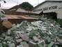 Caminhão com 26 mil caixas de leite invade mercearia após perder freio