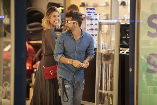 Bruno Gagliasso e Giovanna Ewbank vão às compras do enxoval da pequena Titi (Foto: Felipe Panfili/AgNews)