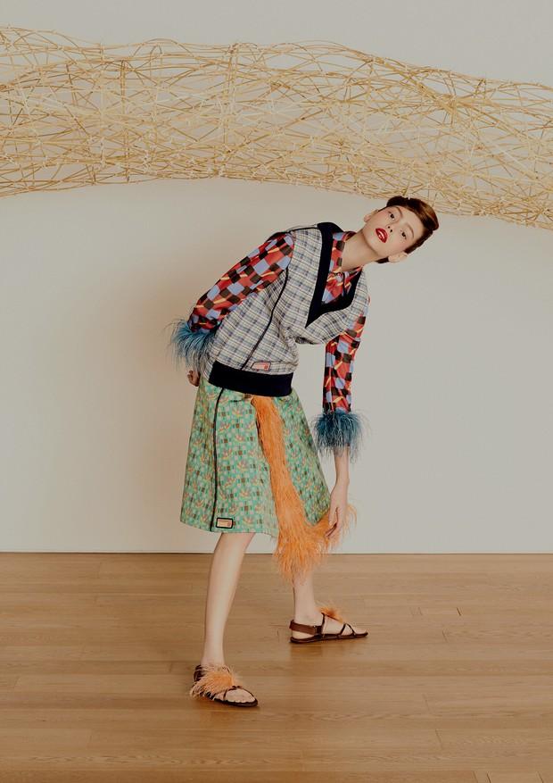 Camisa, colete, saia e sandálias, tudo Prada. Ao fundo, a obra Ponte em Círculo (2017), de Shigeo Kawashima (Foto: Rafael Pavarotti)