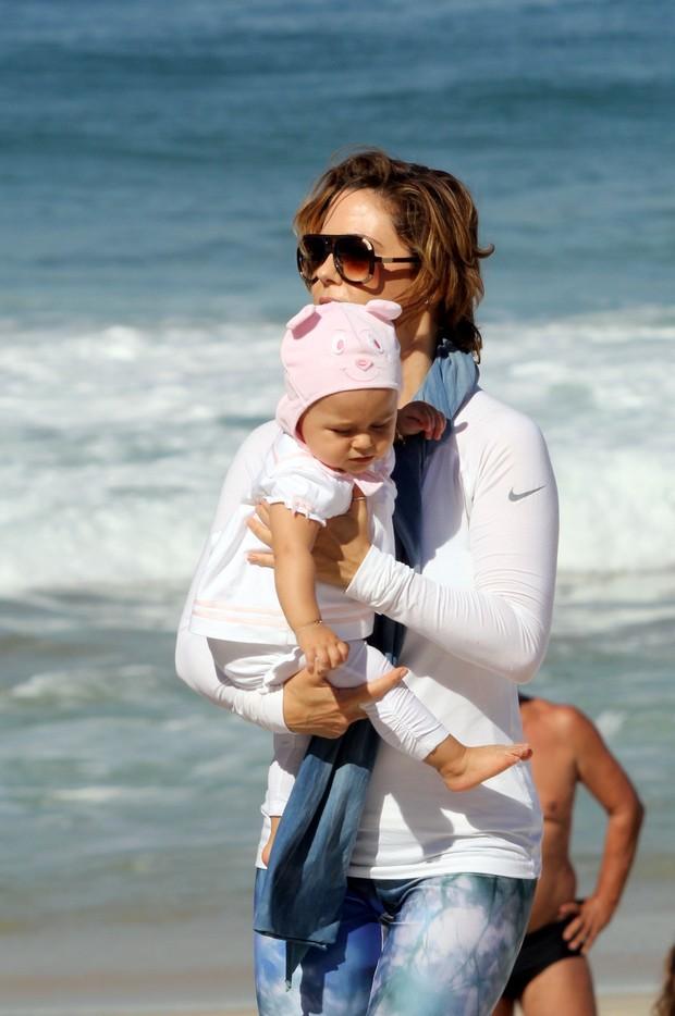 Guilhermina Guinle e filha na praia de Ipanema, RJ (Foto: J.Humberto / AgNews)