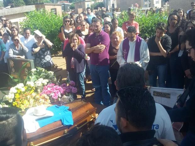 Amigos e familiares cantaram em homenagem ao cantor antes do sepultamento (Foto: Emerson Bortolaia/Votunews)