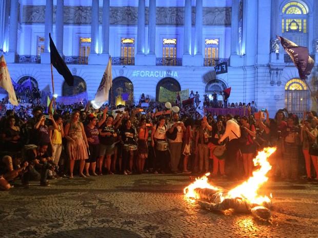 Manifestantes queimaram um boneco que representava Eduardo Cunha (Foto: Daniel Silveira/ G1)