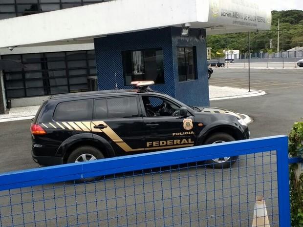 Sérgio Cabral saiu da carceragem em um carro da PF por volta das 10h deste sábado  (Foto: Leando Brito/RPC)