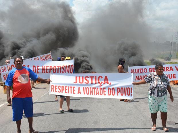 Servidores da prefeitura de Santa Rita em protesto interditam trecho da BR-230, na Para�ba (Foto: Walter Paparazzo/G1)