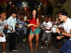Gracyanne Barbosa samba de shortinho e barriga de fora