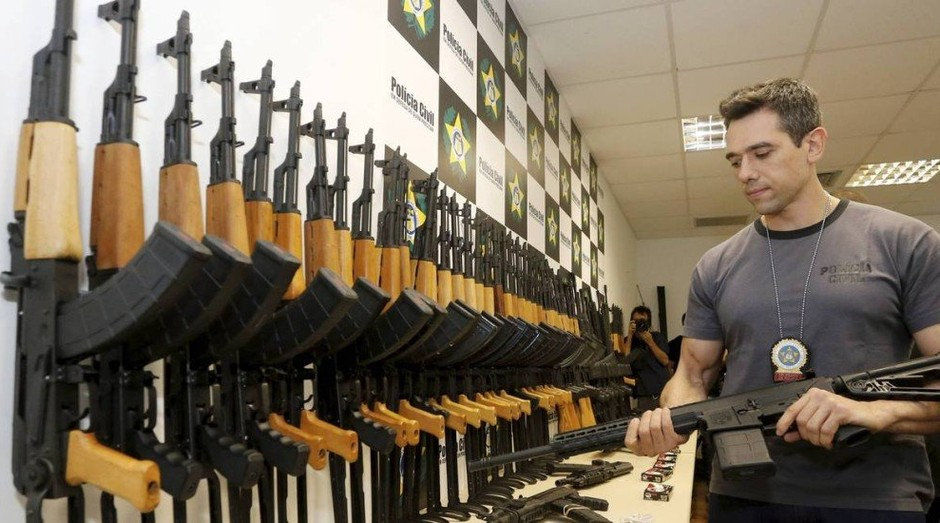 Remessa de fuzis foi apreendida no Rio. Barbieri é acusado de ser o traficante responsável pelo envio (Foto: Agência O Globo)
