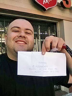 'Caçador de tesouro' exibe envelope que continha dinheiro, escondido em San Francisco. (Foto: Sergio Loza / AP Photo)