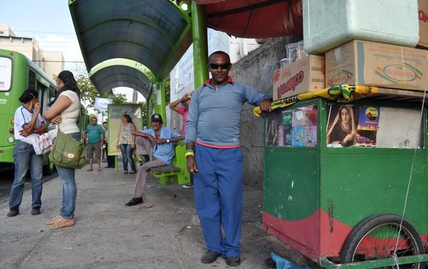 Pelé vende balas ao lado FFPi e diz que muita gente pergunta onde fica a sede (Foto: Renan Morais/GLOBOESPORTE.COM)
