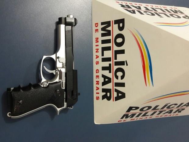 Simulacro de arma foi apreendido com os envolvidos no crime. (Foto: Polícia Militar/Divulgação)