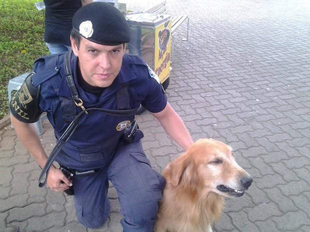 O GCM Jucileu e o cão Marley (Foto: Fábio Campos / TV TEM)