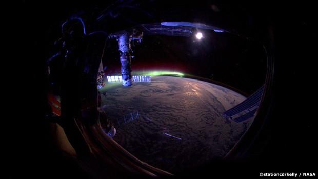 Em 27 de agosto, Scott registrou uma das mais belas fotos de uma aurora boreal. 'Dia 153. Dormir cedo antes da nossa viagem. Aurora e a lua. Boa noite da Estação Espacial', escreveu (Foto: Scott Kelly/Nasa)