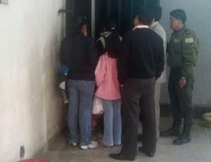 Mulheres bolivianas entregando comida aos presos (Foto: Diego Ribeiro)