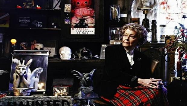 Lorraine Warren ao lado da boneca Annabelle no museu de ocultismo do casal (Foto: Reprodução/warrens.net)