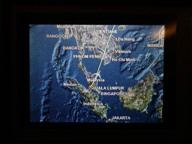 17/3 - Tela em assento no voo MH318, que substituiu o trajeto do avião desaparecido no voo MH370, mostra a rota sobre o mar da China perto do ponto onde a aeronave perdeu contato com os controladores de tráfego aéreo. (Foto: Edgar Su/Reuters)