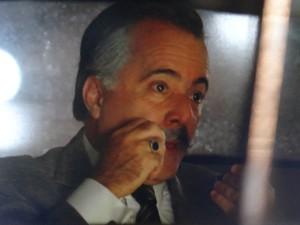 Indo para noite misteriosa, Otávio pinta o bigode no carro (Foto: Guerra dos Sexos / TV Globo)